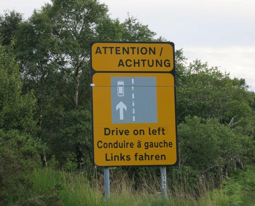 Panneau n'oubliez pas de rouler à gauche