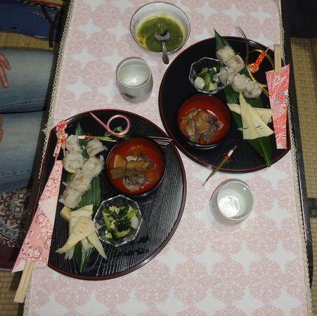 Table décorée pour un repas de printemps aux pousses de bambou