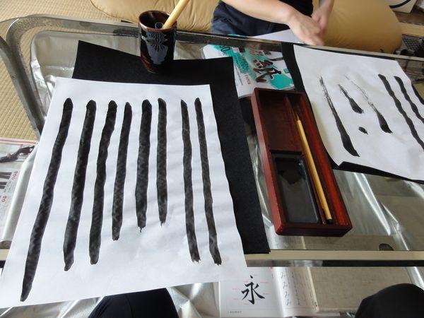Lignes droites tracés au pinceau et à l'encre