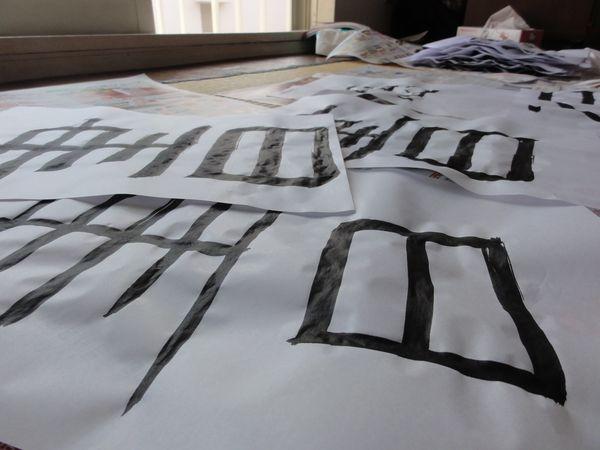 Caractère kanji 'dessiner' tracé au pinceau