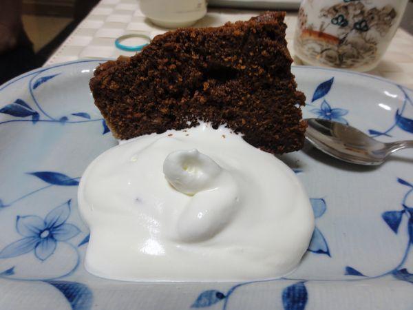 Gâteau au chocolat et crème fouettée préparés au Japon