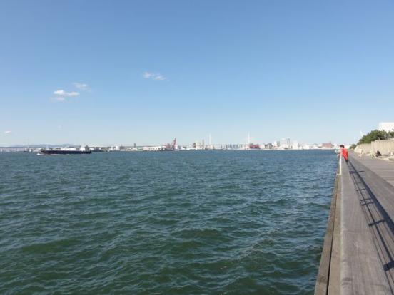 Promenade au bord de l'eau au port d'Osaka