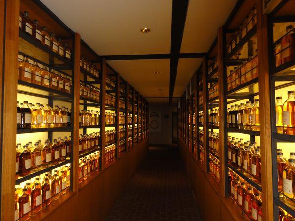 Bibliothèque de whisky à la distillerie Yamazaki, près d'Osaka au Japon