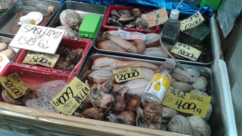 Marché aux poissons à Nipponbashi, un quartier d'Osaka au Japon
