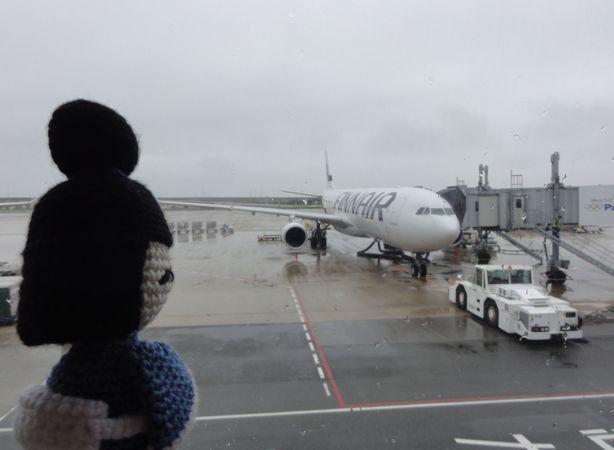 Kokeshi - poupée japonaise - devant un avion, à l'aéroport d'Osaka, au Japon