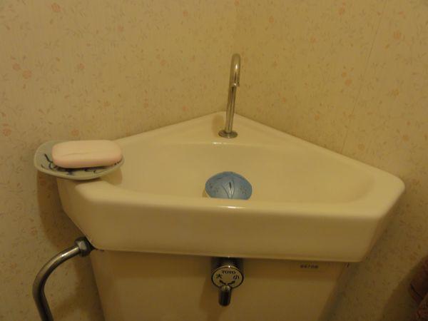 Lave-main et toilettes japonaises