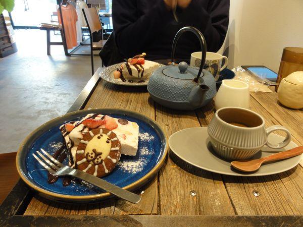 Café et gâteaux dans un salon de thé et librairie à Shijonawate, près d'Osaka