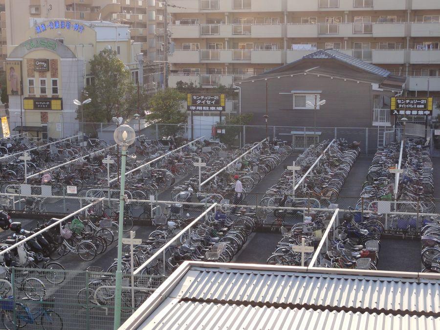 Parking à vélo à l'extérieur d'une gare
