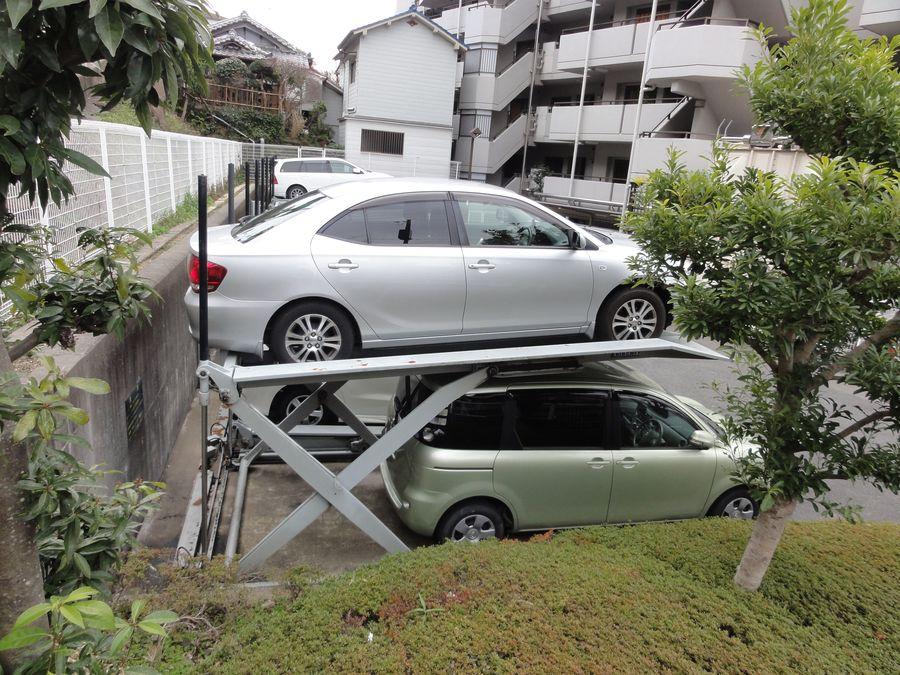 Deux voitures garées l'une au-dessus de l'autre, au Japon
