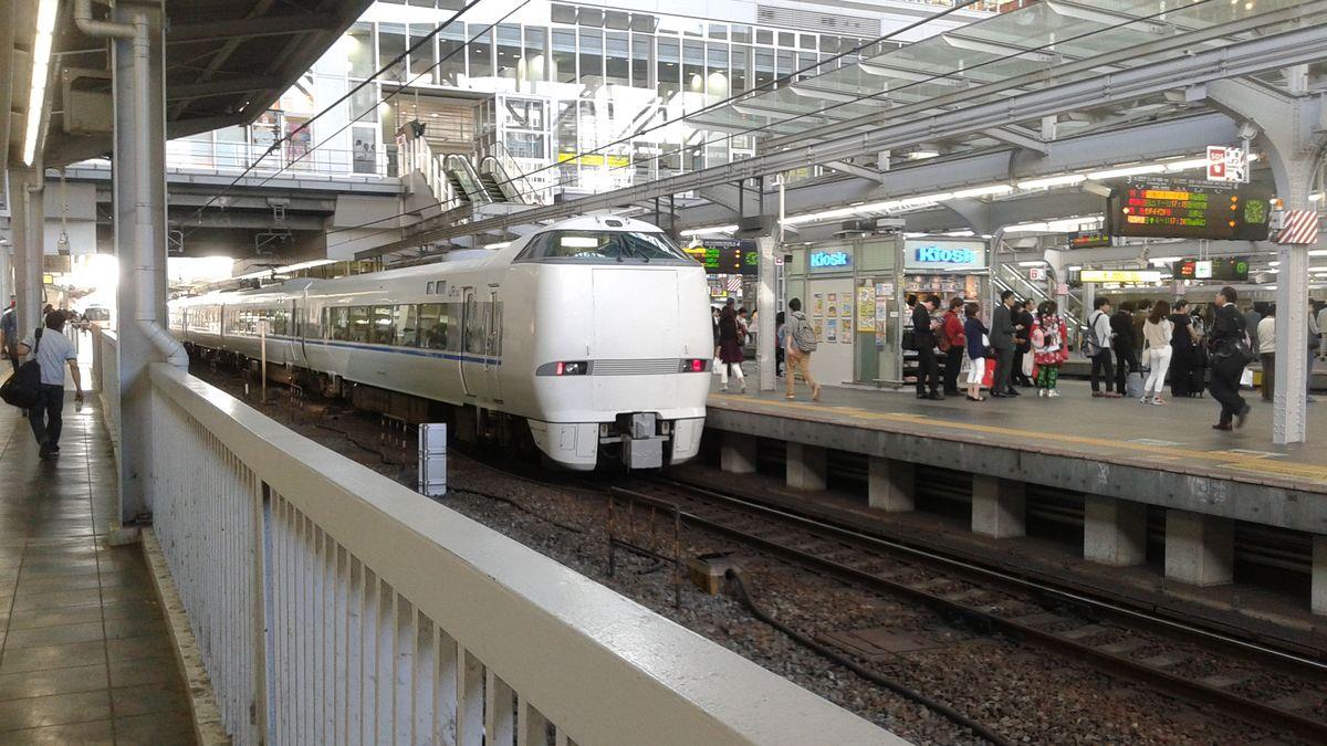 Train japonais à la locomotive carrée