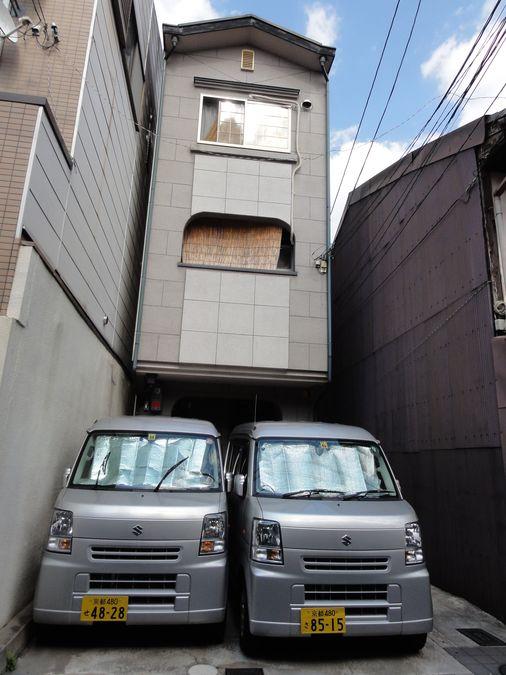 Voitures cubiques serrées dans un parking, au Japon