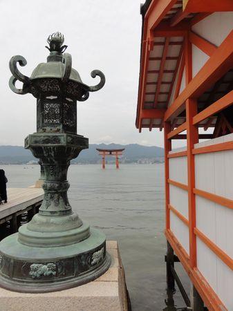 Tori et lanterne du temple principal de l'ile de Miyajima